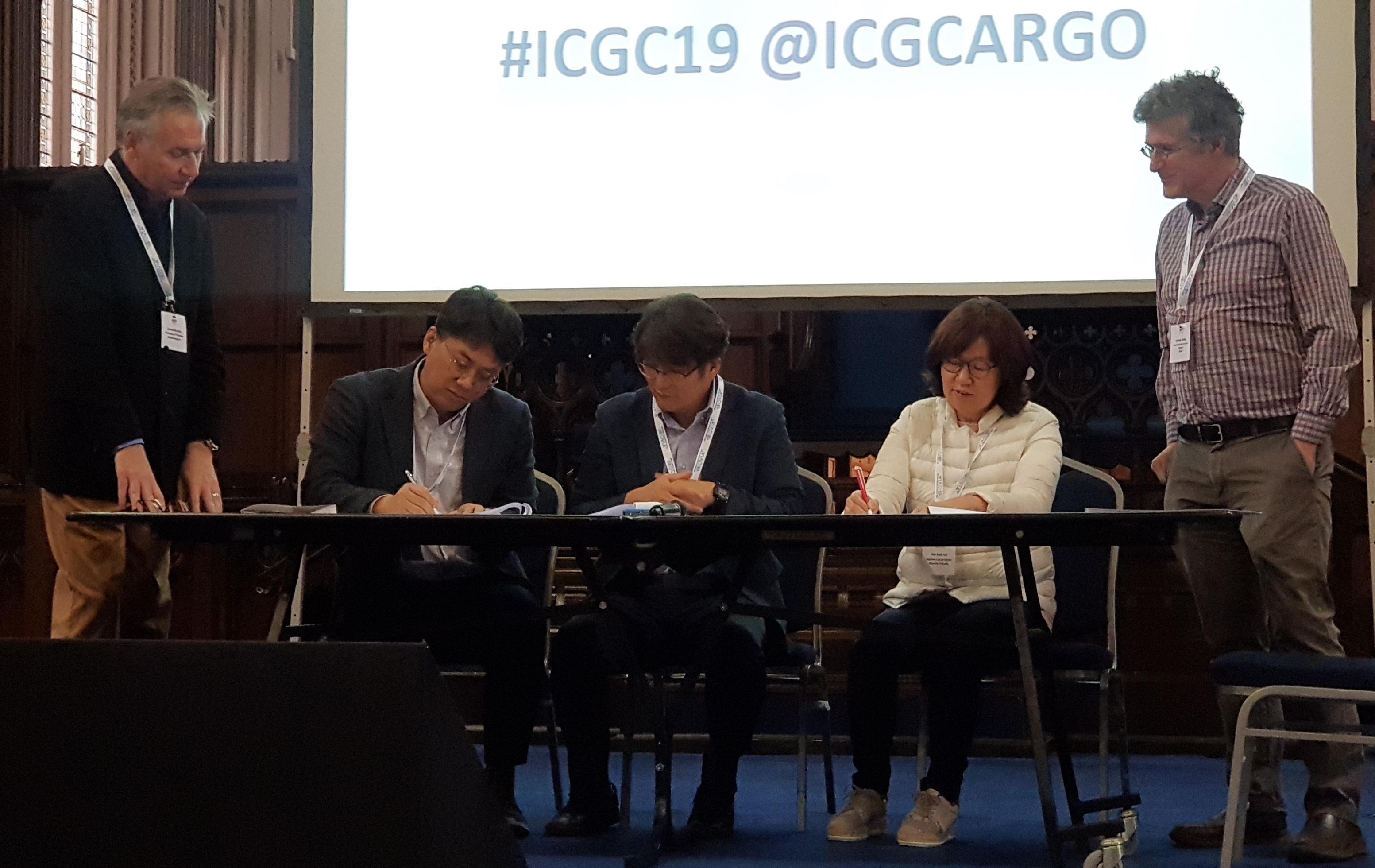 (왼쪽에서 두 번째부터) 서울대학교 김선 교수, KISTI 염민선 슈퍼컴퓨팅응용센터장, 국립암센터 이은숙 원장 및 ICGC-ARGO 관계자가 참석한 가운데 ICGC-ARGO 지역데이터센터 유치 및 운영에 관한 양해각서에 서명하고 있다.