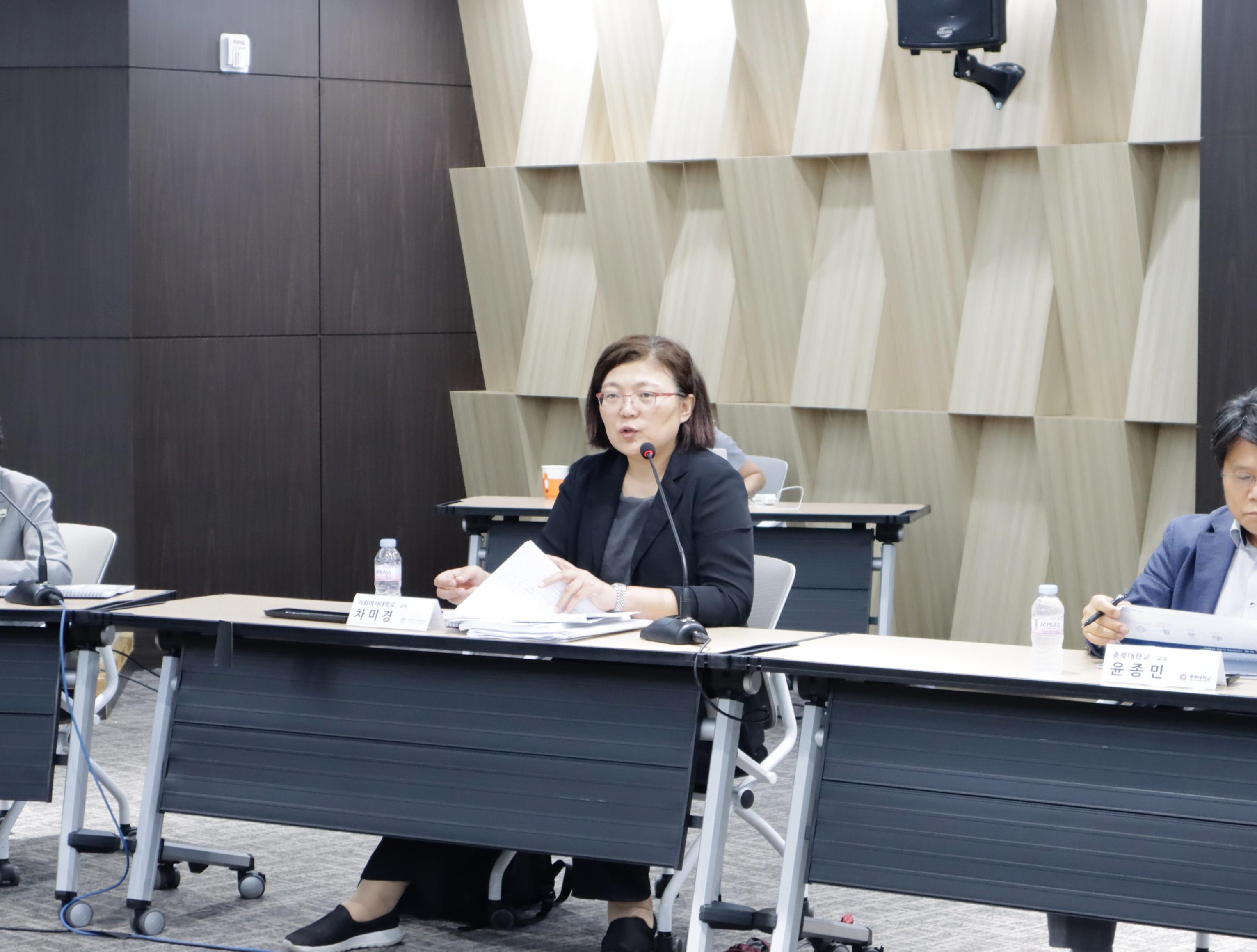 패널토론 발언을 하고 있는 이화여자대학교 문헌정보학과 차미경 교수